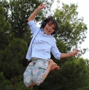 Niño saltando con cascos